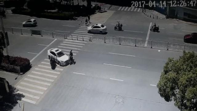 监拍:小车穿越斑马线,撞飞电瓶车