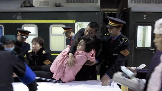 孕妇破羊水,救护车开上站台接人