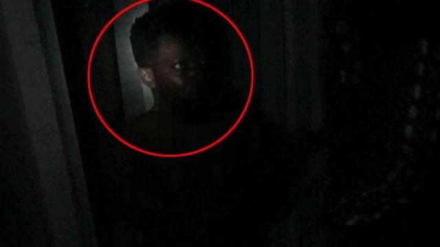 黑人毒贩藏身暗处,以为不会被发现