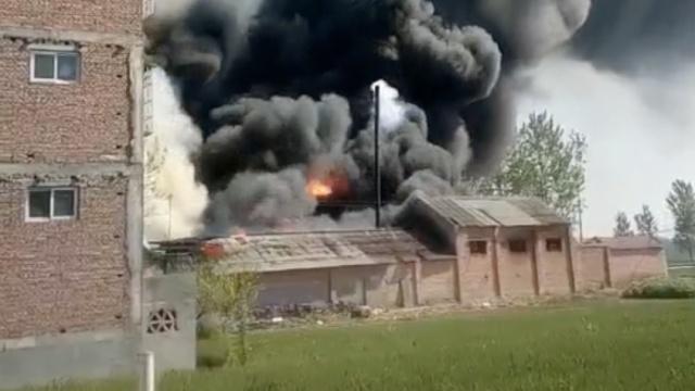 民居旧院起大火,浓烟罩住半个村