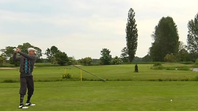用4米长的球杆打高尔夫,挥杆刺激