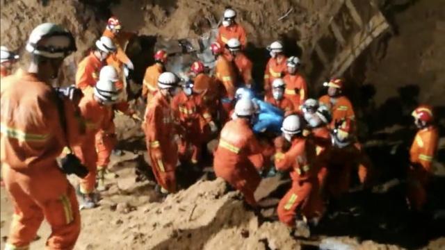 紧急!山体滑坡掩埋挖机,3人被困