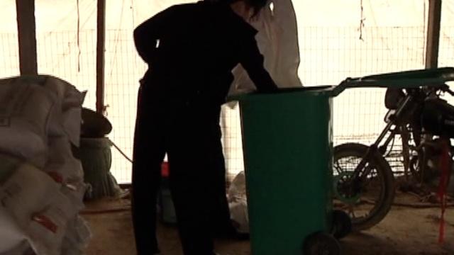 他顺走路边4垃圾桶:养猪场用得着