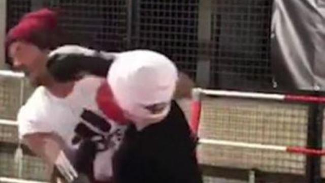 贝克汉姆与12岁儿子玩拳击被打脸