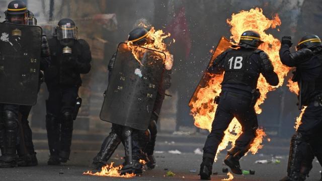 法国巴黎示威活动引发暴力