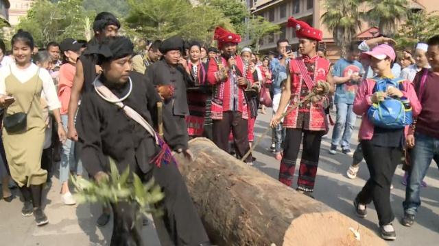 佤族男女老少齐上阵,拉木鼓共祈福