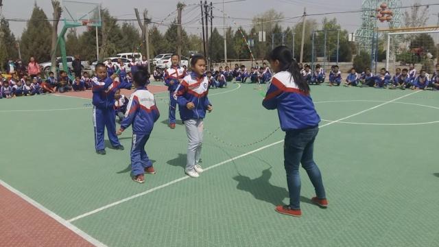 课间操能玩出花:看小学生秀跳绳技