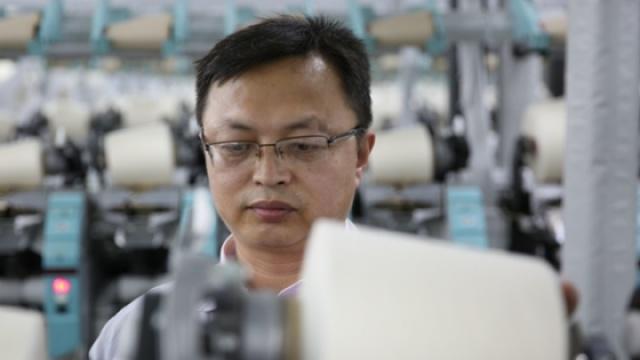 他在塔吉克斯坦教人纺纱