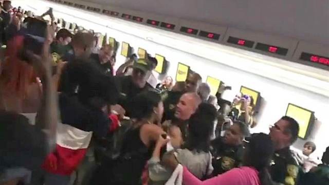 飞行员罢工,美乘客和警方爆发冲突