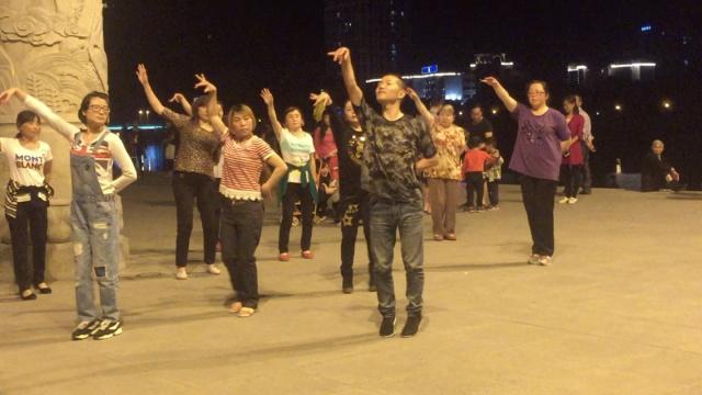 小伙广场舞领舞一群大妈,风骚妖娆