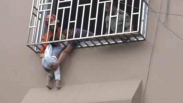 4岁男童悬3楼窗外,消防托举1小时
