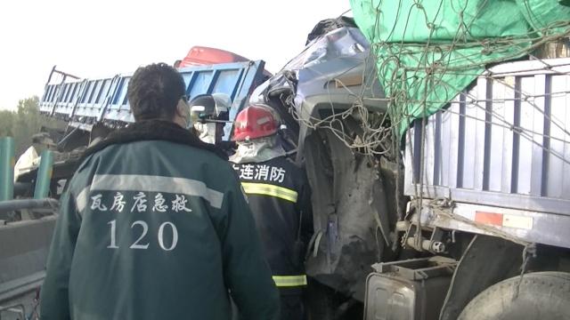 两货车追尾车头变形,司机腿被夹断
