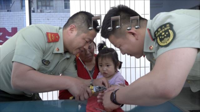 3岁女童手指被卡,获救飞吻消防员
