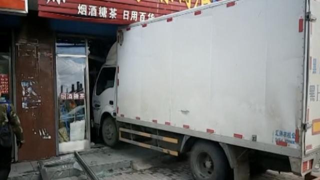送货的车撞进收货的店,店门全报废
