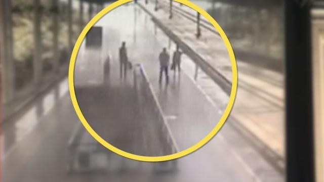 情侣吵架跳站台,刚被按住高铁来了
