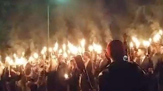 美国白人国家主义者手举火炬集会