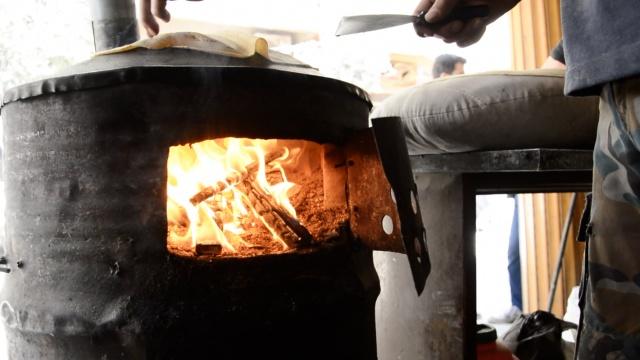 叙利亚围城燃料紧缺,砍家具烤大饼