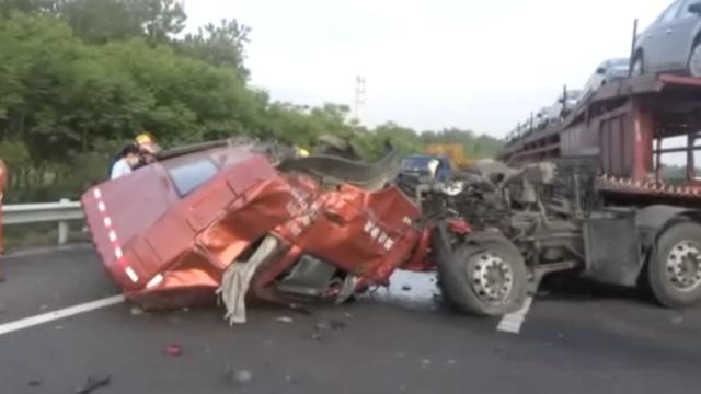 实拍:大挂车撞上小货车,车头掉了