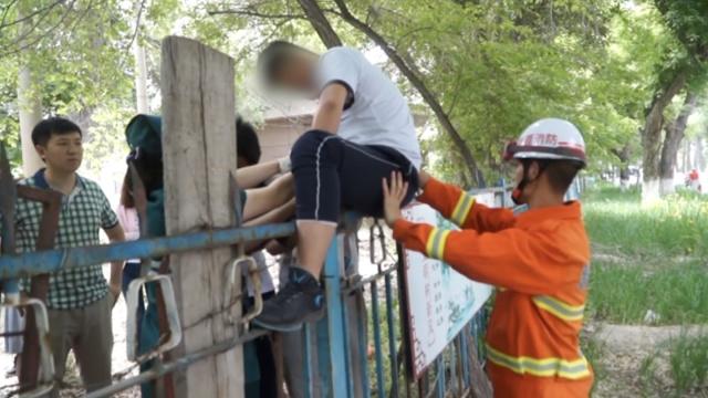 疼!高中生翻围墙,枪尖扎进大腿根部