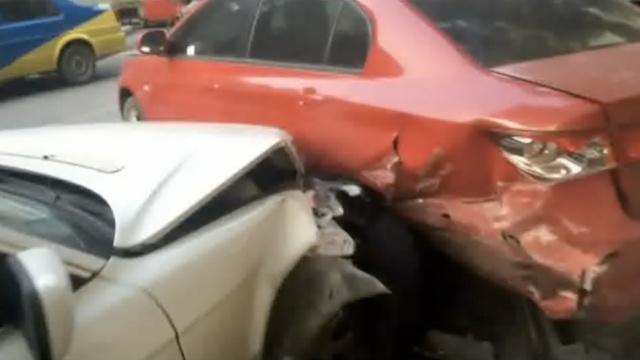 又是油门当刹车,他撞了路边一排车