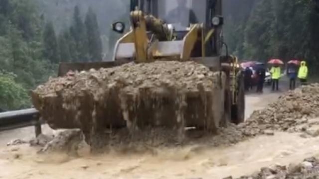 降雨影响,省道313塌方,挖机挖不停