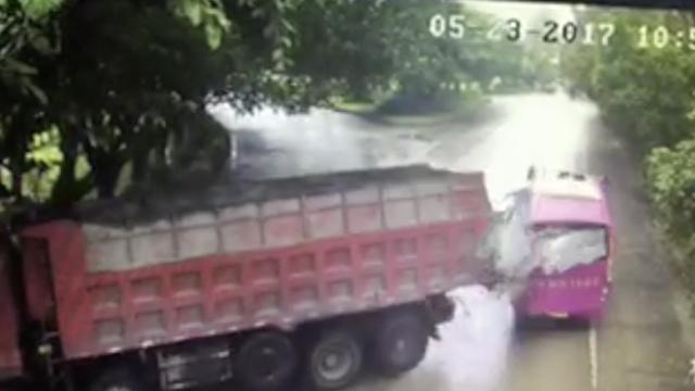 监拍:货车漂移甩尾,怼满载学生中巴