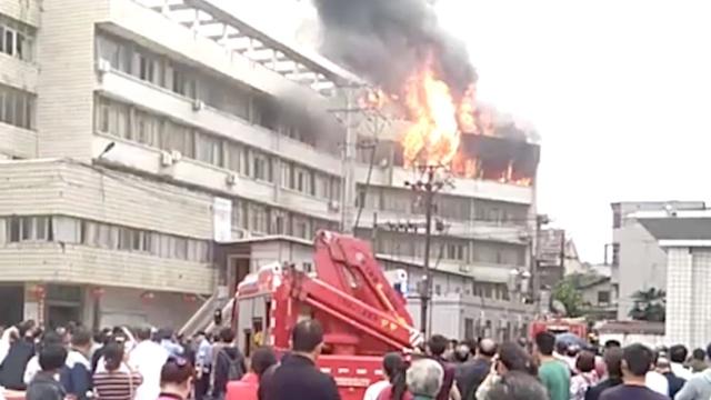 实拍:医院仓库棉被起火,烧毁5间房