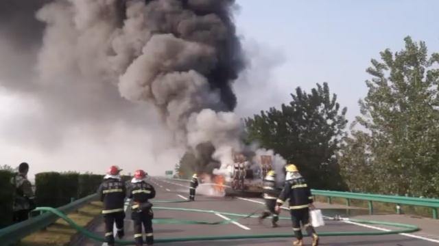 货车高速路起火,240万农机烧成灰