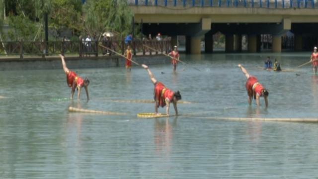 以竹为舟,她们个个身怀绝技水上漂