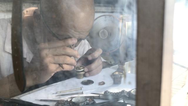 3平米麻雀小店,大爷修钟表近50年