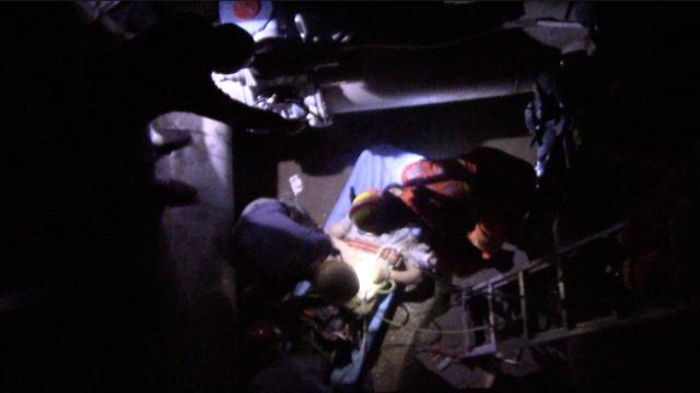 工人跌落10米深井,消防钻缝隙施救