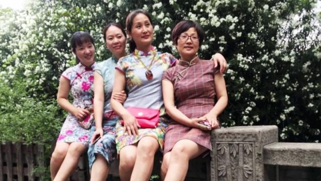 杭州考场家长穿旗袍寓意旗开得胜