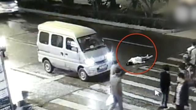 女子被撞倒地,1分钟后遭碾压身亡