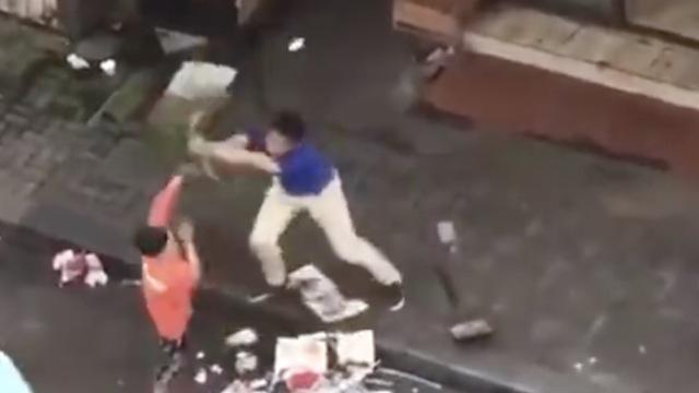 男子乱扔垃圾,环卫工劝阻被狂抽