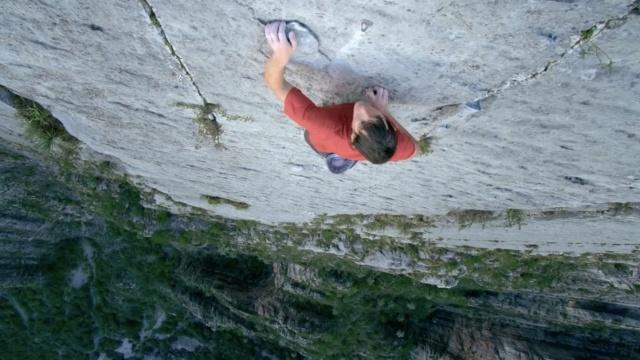 历时近4小时,他徒手攀上900米峭壁