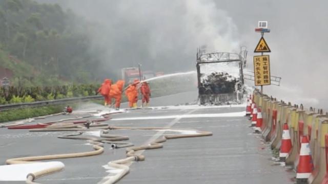 货车违运危化品60桶,高速突然起火