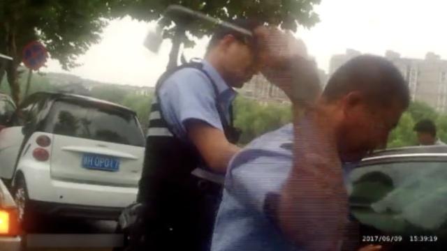 为救车内婴儿,民警徒手拨开碎玻璃