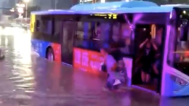 站台积水太深,他将乘客全部背下车