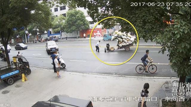 拖拉机自转12圈,民警徒手
