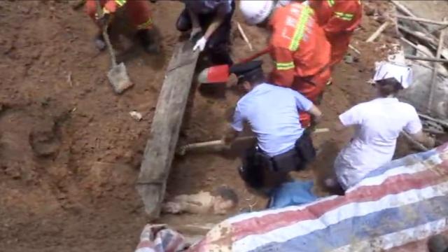 山体滑坡深埋工人,救出时奇迹生还