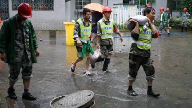 杭州:潮水倒灌 居民家中进水