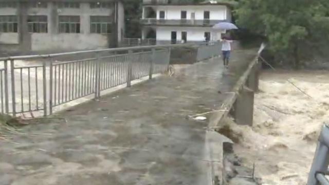 山洪毁路村庄成岛,村民:只剩2天米