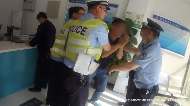 他闯灯袭警嚷着要上班,被拘直磕头