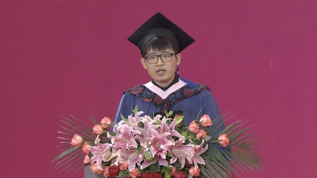 中传毕业礼上,他怒斥咪蒙是毒鸡汤
