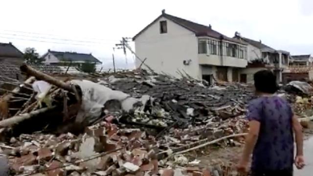 狂风突袭江苏东台,瞬间刮倒砖房