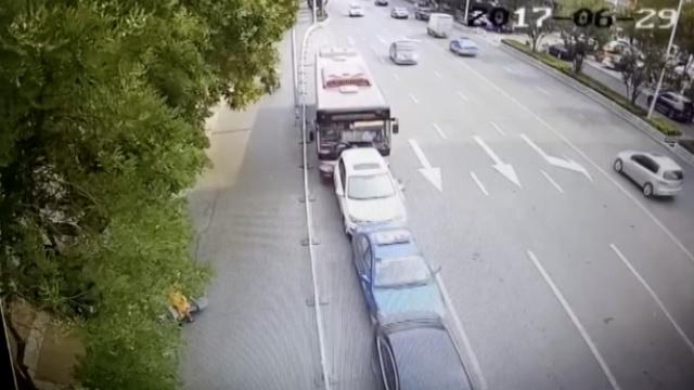 公交女司机错把油门当刹车,5车追尾