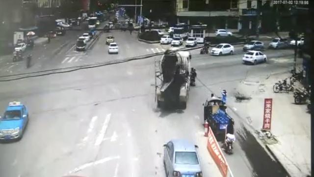母子骑电动车直行,遭右转罐车碾轧
