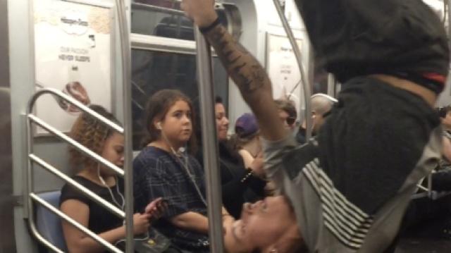 小哥在纽约地铁上大秀钢管舞!