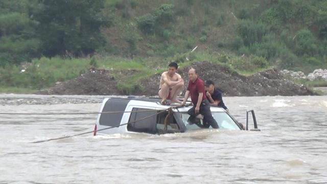 洪水冲走越野车,消防滑飞索救3人