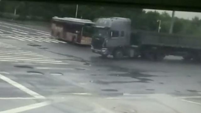 惊险!大货车直撞客车,致37人送医
